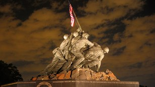U.S. Marine Corps War Memorial statue of 6 Marines raising a U.S. flag
