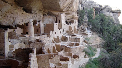 Ruins of an ancestral Puebloan residence on a cliff side