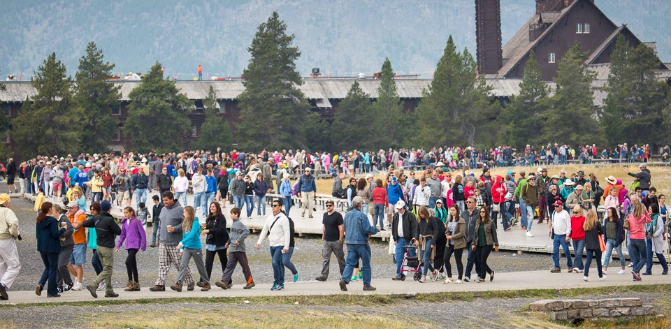 Crowds of people at Old Faithful